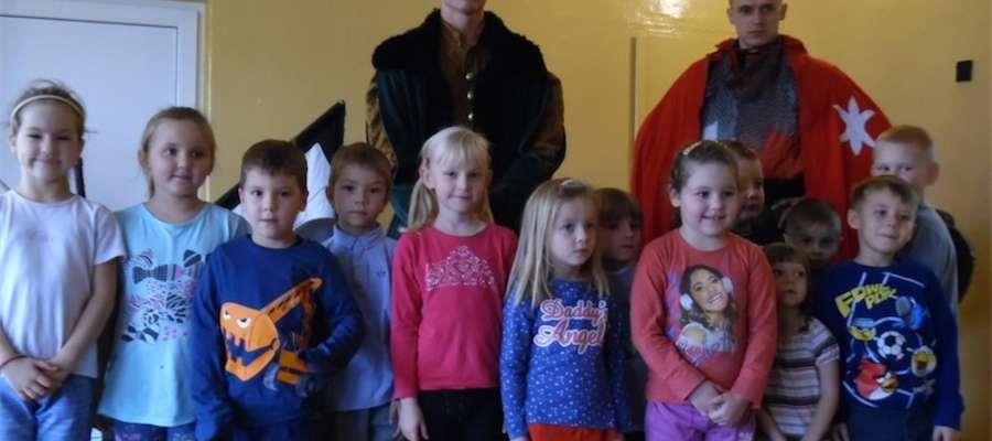 Dzieci ze szkoły w Boleszynie z rycerzami