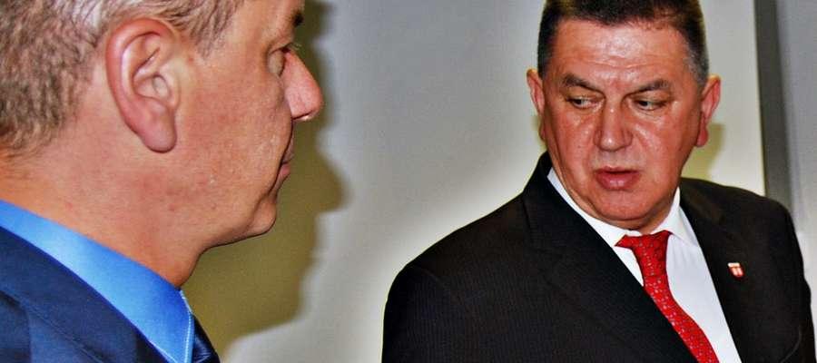 Burmistrz Andrzej Pietrasik ma wiele zastrzeżeń do uchwalonych zapisów w Statucie Gminy Miasto Płońsk. Z lewej: przewodniczący rady miasta Krzysztof Tucholski