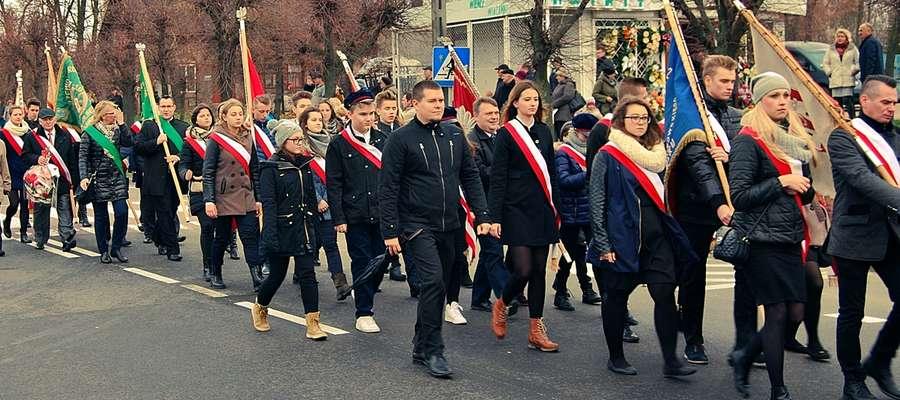 Przemarsz licznej grupy uczestników rocznicowych obchodów ulicą Kopernika pod pomnik marszałka Piłsudskiego