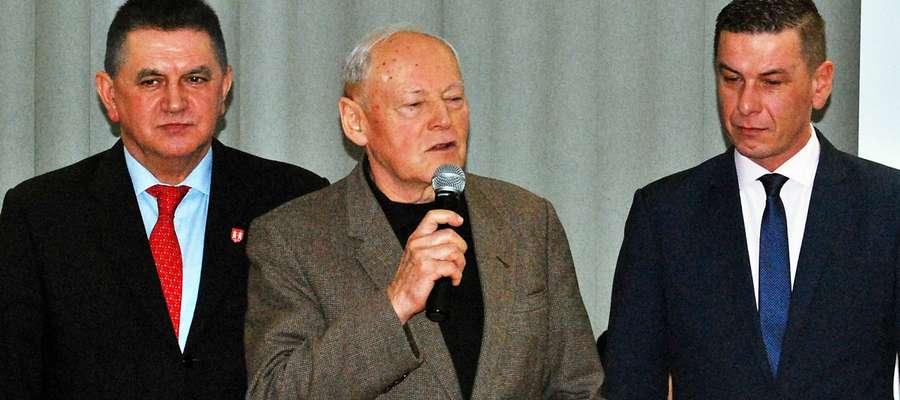 Ryszard Sielski w towarzystwie burmistrza Płońska i przewodniczącego rady miasta. Radni zgotowali gościom owację na stojąco