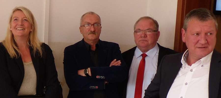 Goście z Niemiec w sali wykładowej w towarzystwie Mieczysława Czajkowskiego (drugi z prawej), właściciela firmy ze Smolnik