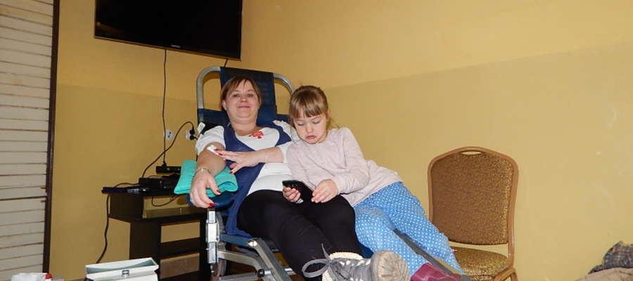 Hania przyglądała się jak jej mama- Julia oddaje krew