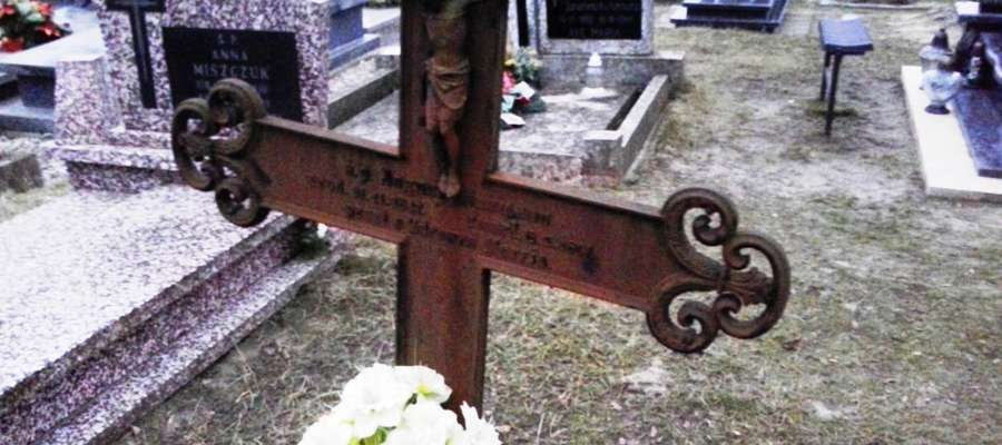 """Cmentarz w Klewkach koło Olsztyna. August Hinzmann (1847-1891) był Polakiem. Spoczywający na tym samym cmentarzu  Joachim Mateblewski (1858-1891) miał """"niemiecki"""" nagrobek. Taki paradoks."""