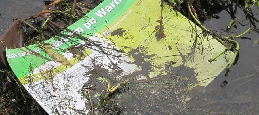 Wyrwana tablica informacyjna o szlaku kajakowym na Łynie wylądowała w rzece