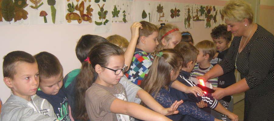 Moment rozdania odblasków w szkole w Jamielniku