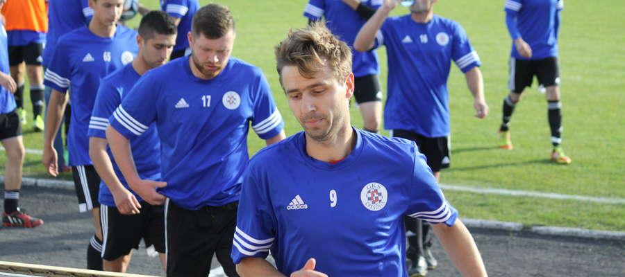 Łukasz Pisarzewski (na pierwszym planie) strzelił jedynego gola dla Cresovii Górowo Iławeckie w meczu z Orlętami Reszel