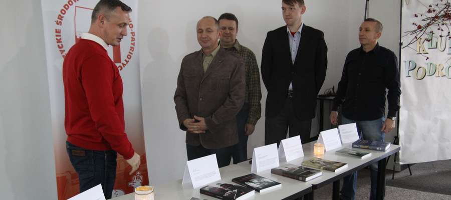 Dyrektor MBP Grzegorz Monkiewicz oraz członkowie stowarzyszenia (z przodu prezes Patrii Piotr Sekita) podczas przekazania książek w bibliotece