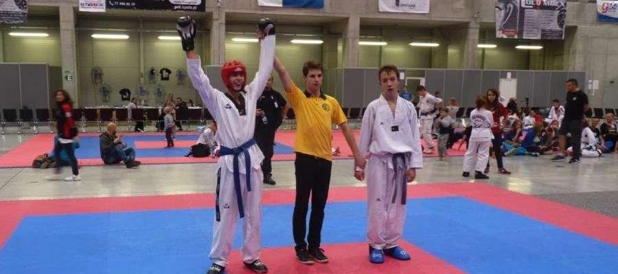 Kacper Obrębski (z lewej) tuż po wygranej finałowej walce w kategorii kadet -66 kg