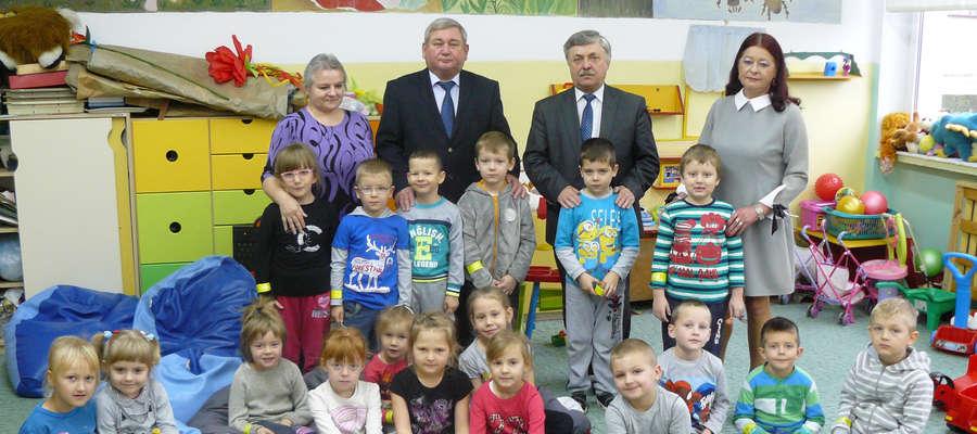 Najmłodsi uczniowie Gminy Kiwity z przewodniczącym Janem Harhajem i wójtem Wiesławem Tkaczukiem