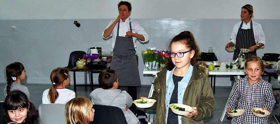 """Podczas wizyty w ,,dwójce"""" Grzegorz Łapanowski zaproponował kulinarny pokaz, podczas którego propagował zdrowe żywienie. Będziecie mogli to obejrzeć na ekranach telewizorów 17 listopada o godzinie 21:30 w Polsat Cafe"""