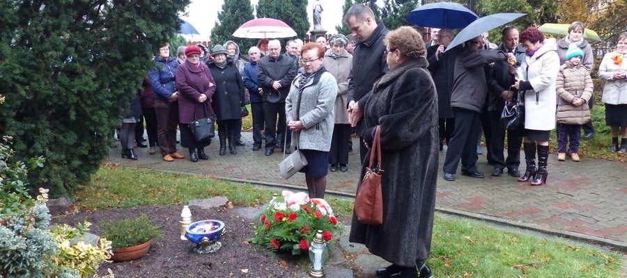 Złożenie kwiatów pod pomnikiem ofiar II wojny
