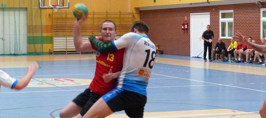 Przy piłce Tomasz Kalwas (4 gole w meczu z MTS-em). Zawodnik ITR-u Jezioraka pod koniec spotkania został ukarany czerwoną kartką