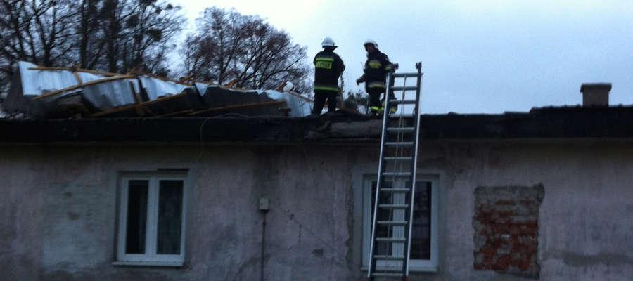 Strażacy usuwali skutki oderwania fragmentu pokrycia dachu na budynku w Stedze Małej.