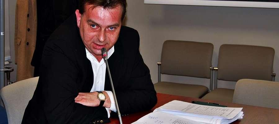 Piotr Skierkowski, wicedyrektor Powiatowego Urzędu Pracy w Płońsku, uspokajał radnego Czaplińskiego, któremu nie spodobała się propozycja odnośnie likwidacji filii placówki w Raciążu