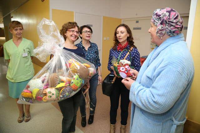 Pacjenci olsztyńskiej polikliniki dostali niespodziewane upominki - pluszowe sowy od dzieci z oddziału onkologicznego szpitala dziecięcego. - full image