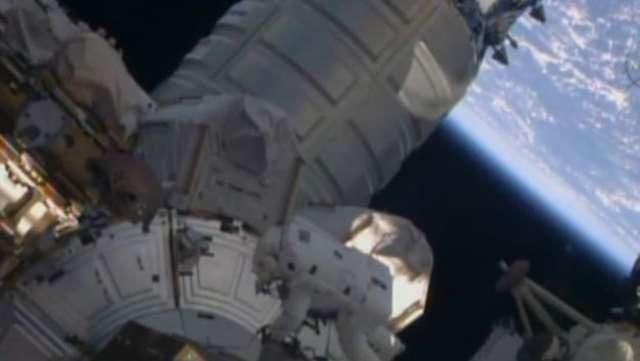 Kosmiczny spacer po odbiór ładunku. Rosyjska jednostka zadokowała przy ISS - full image