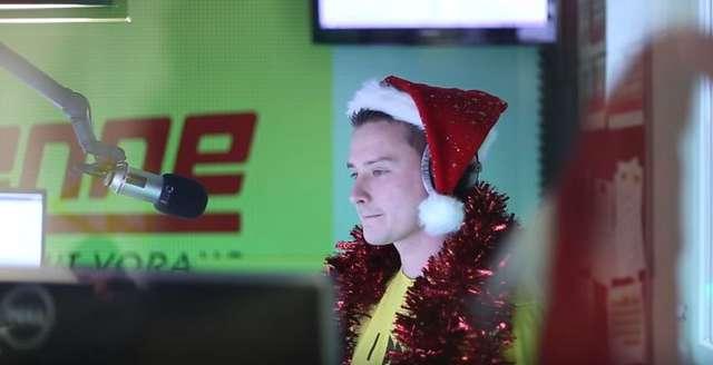 Zabarykadował się w studiu i puszczał w kółko Last Christmas - full image