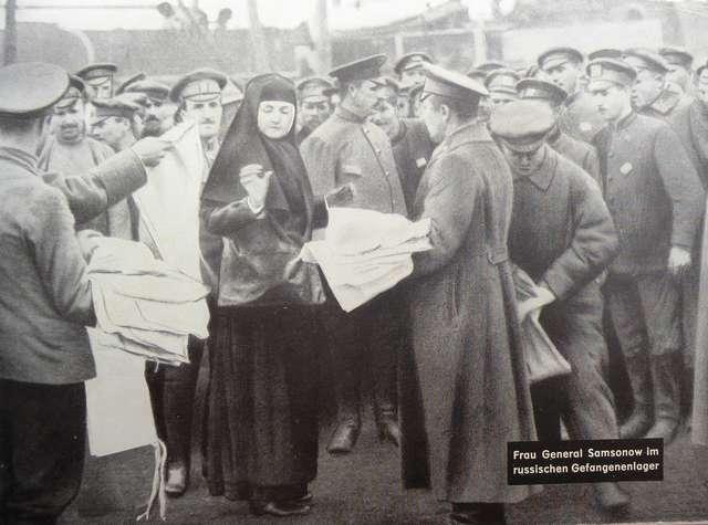 Elizawieta Samsonw podczas inspekcji obozu jeńców rosyjskich w Orzyszu.   - full image