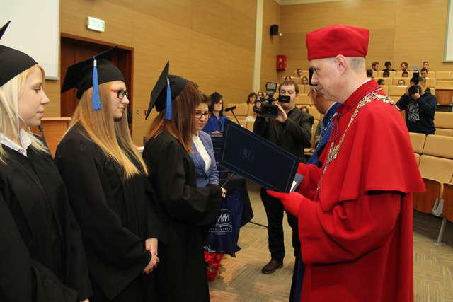 Humaniści z UWM odebrali swoje dyplomy. Zobacz zdjęcia! - full image