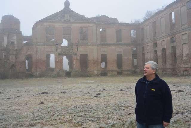 Jerzy Busch i ruiny pałacu w Kamieńcu - full image