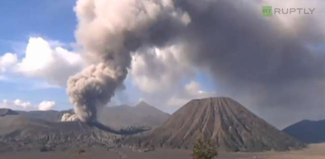 Erupcja wulkanu Bromo zakryła pyłem niebo nad Jawą - full image