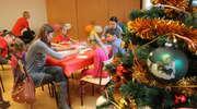 Dzieci pomagają seniorom w przedświątecznym okresie