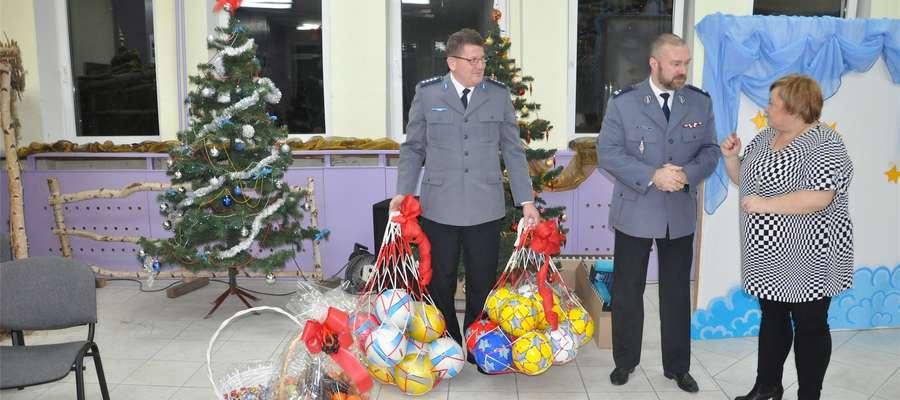 Funkcjonariusze Policji w Braniewie i Posterunku Policji we Fromborku obdarowali dzieci prezentami w postaci piłek, które z pewnością przydadzą się podopiecznym domu dziecka