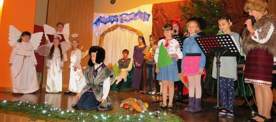 Zebrani obejrzeli świąteczny program artystyczny w wykonaniu dzieci i młodzieży