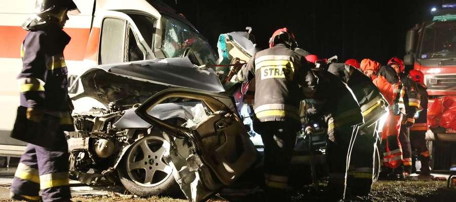 Czołowe zderzenie busa z mercedesem. Zginęła jedna osoba
