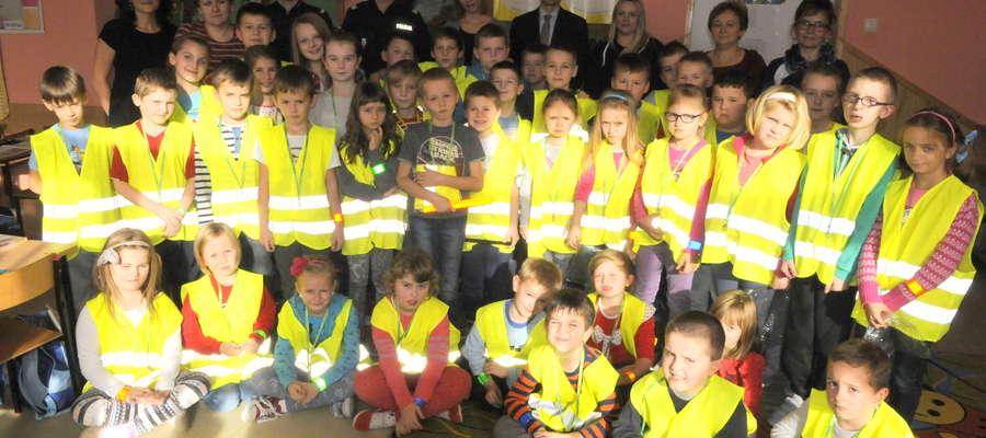 Uczniowie z Kuczborka wraz z głównym sponsorem akcji Marcinem Śliwińskim, policjantami, nauczycielami i przedstawicielami Kuriera Żuromińskiego