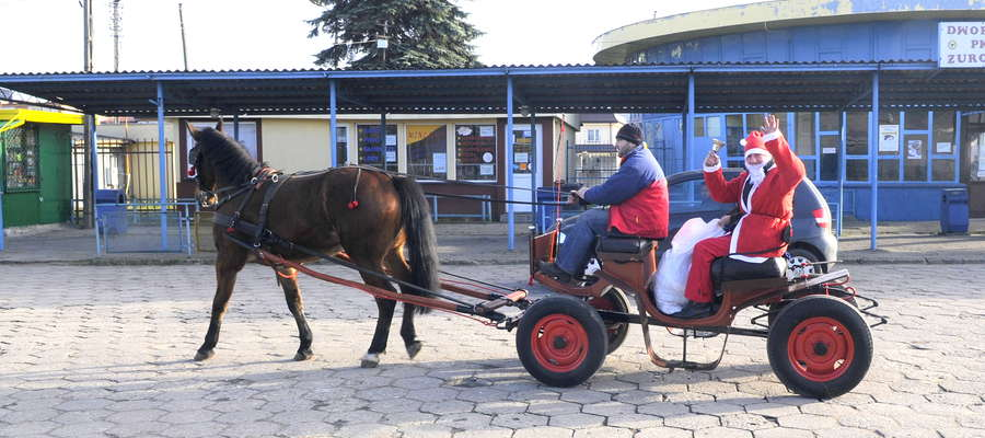 Mikołaj szukał dzieci w całym mieście. Zajrzał też na dworzec