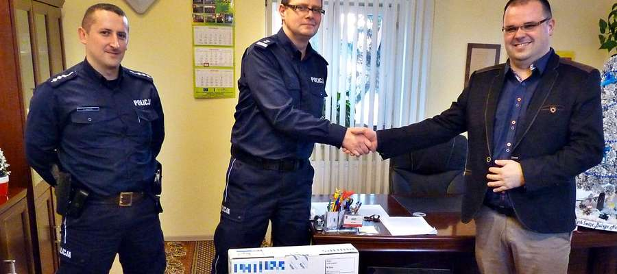 Prezent przekazany przez wójta na ręce komendanta i policjantów z Czerwińska nad Wisła