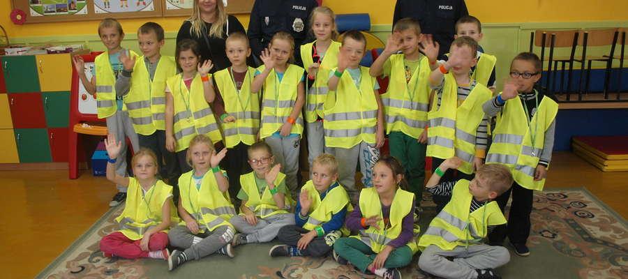 Uczniowie Szkoły Podstawowej w Chojnowie z policjantami oraz przedstawicielką Kuriera Żuromińskiego.