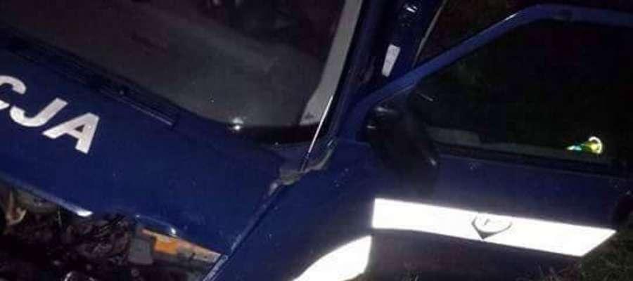 Rozbity radiowóz zalewskiej policji. W wyniku zderzenia dwóch policjantów trafiło do szpitala