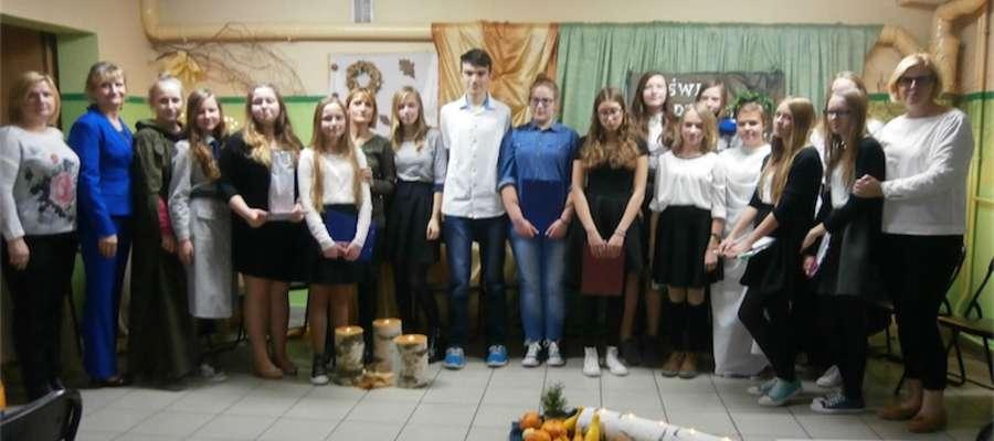 Uczniowie, którzy wzięli udział w wieczornicy z opiekunkami
