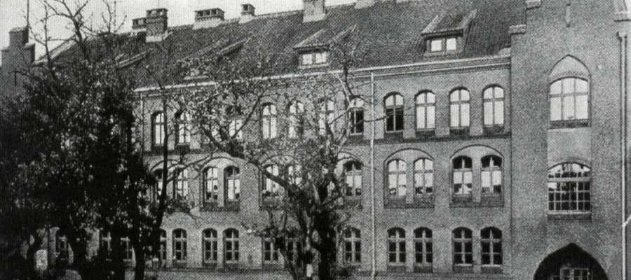 Historia szkoły sięga końca XIX wieku, kiedy to w mieście istniały dwie równorzędne szkoły powszechne (Volksschulen) dla chłopców i dziewcząt.