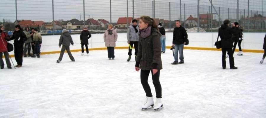 Młodzież chętnie korzysta z lodowiska w Strzegowie