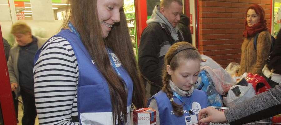 W sklepie przy ul. Okrzei kwestowały m.in. wolontariuszki ( od lewej): Agata Mieczkowska i młodsza od niej 9-letnia Julia Święcka