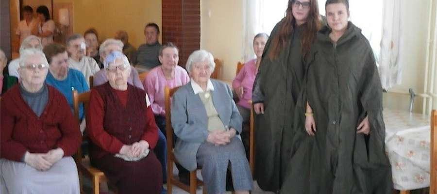 Harcerze i uczniowie odwiedzili seniorów w Grodzicznie