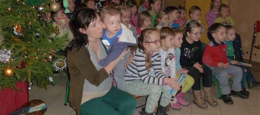 Publiczność spektaklu w Gwiździnach