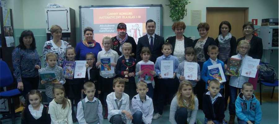 Uczestnicy konkursu z opiekunami, organizatorzy i goście spotkania