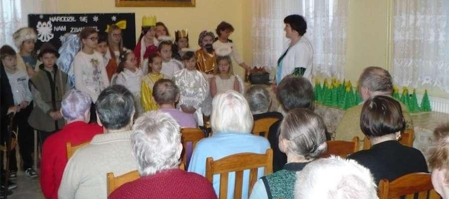 Występ dzieci obejrzeli podopieczni domu pomocy