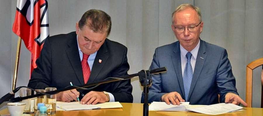 Ustępujący wojewoda mazowiecki (z prawej) był częstym gościem w Płońsku, m.in. w celu podpisywania umów inwestycyjnych z naszym miastem. Z lewej burmistrz Andrzej Pietrasik