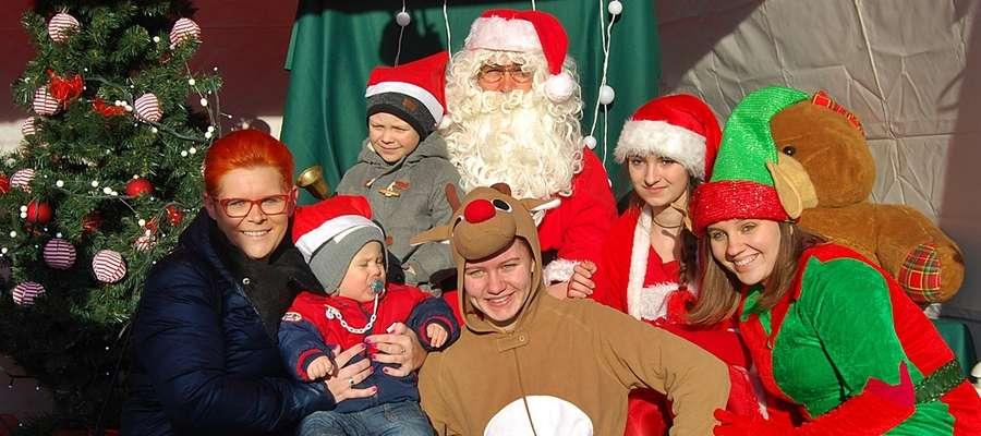Święty Mikołaj i reszta przybyłych wraz z nim gości specjalnych chętnie pozowała do zdjęć z małymi mieszkańcami Sochocina