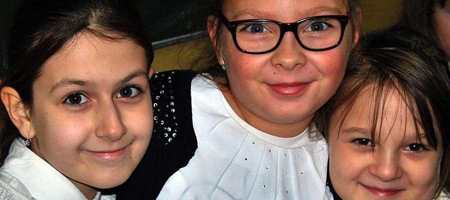 """,,Gwiazdeczki Michała"""" mają powody do radości. Dziewczynki cierpliwie czekały na swoją kolej, by zaśpiewać dwa utowry, które jury wysoko oceniło, przyznając płońskiej scholi drugie miejsce"""