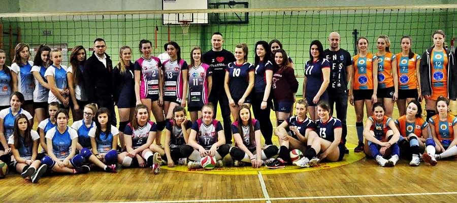 """Zespoły uczestniczące w mikołajkowym turnieju siatkówki w hali na ,,Rutkach"""""""