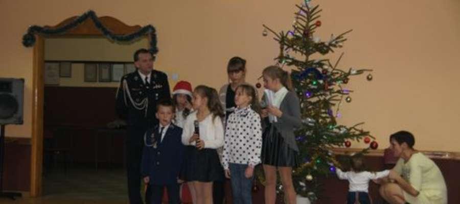 Dzieci otrzymały paczki pełne prezentów