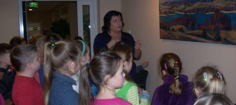 Uczniowie podziwiają obrazy Łukasza Zedlewskiego.