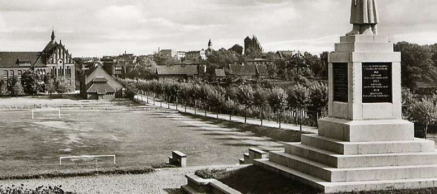 Niegdyś nad iławskim stadionem górował pomnik żołnierza niemieckiego. Dziś w tym miejscu jest pomnik orła