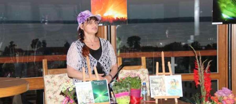 Krystyna Janik podczas autorskiego spotkania w kawiarni Wieży Ciśnień w Giżycku